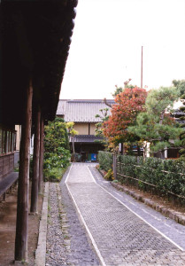 小布施堂の一角と北斎館など、まわりを繋ぐ栗の木れんがの小径(小布施)